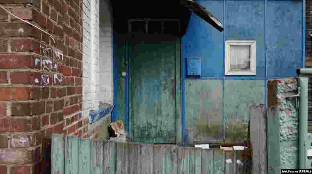 """Почти все дома в """"Полукамушках"""" — аварийные. Когда под строительство нового дома снесли исторические дома, местная и казанская общественность выступила резко против. Они не хотели, чтобы Зеленодольск потерял свою историю, а вот местные жители, которые стараются обходить """"Полукамушки"""" стороной были не против избавиться от него."""