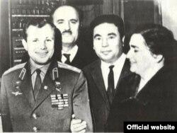 Anna Kowusow (sagdan ikinji) sowet kosmonawty Ýuriý Gagarin (çepden birinji) bilen.