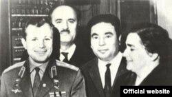 Ýuriý Gagarin (çepden birinji) we Türkmenistanyň halk ýazyjysy Anna Kowusow (sagdan ikinji)