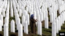 Боснийская мусульманка в мемориальном центре жертв резни в Сребренице в 1995 году. 11 ноября 2015 года.
