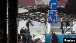 Сотрудник служб ЧС на месте взрыва троллейбуса в Волгограде. 30 декабря 2013 года.