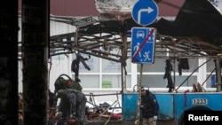 Rusi - Pjesëtarët e ekipeve emergjente duke punuar nw vendin e ngjarjes ku ka shpërthyer autobusi në Volgograd, 30 dhjetor 2013