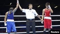 Azeri boksçusy Magomed Abdulhamidow (çepde) bilen ýaponiýaly boksçy Satoşi Şimizunyň (sagda) bäsleşigine Işanguly Meretnyýazow eminlik etdi, 1-nji awgust.