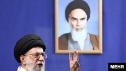 آیتالله خامنهای نخستین مقام جمهوری اسلامی بود که پس از انتخابات سال ۸۸ پای علوم انسانی را به میان کشید و آن را باعث دوری جوانان از مذهب دانست