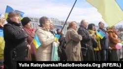Жителі Дніпра на віче співають гімн України, весна 2014 року