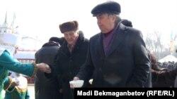 Астана алаңында мереке кезінде тегін таратылып жатқан Наурыз көжеден дәм ауыз тиіп тұрған Қазақстан жазушылар одағының төрағасы Нұрлан Оразалин. Алматы, 21 наурыз 2011 жыл.