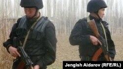 Сохко чектеш Чарбак айылындагы кыргыз аскерлери. 23-март, 2013.
