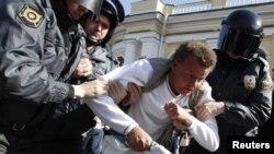 Ռուսաստան - Ոստիկանները բողոքի ցույցի մասնակցի են ձերբակալում, Մոսկվա, 31-ը մայիսի, 2012թ.