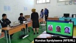 Один из избирательных участков в Иссык-Кульской области. Архивное фото.