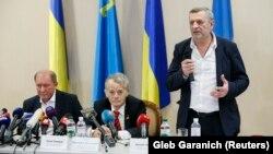 Зліва-направо: Ільмі Умеров, Мустафа Джемілєв і Ахтем Чийгоз в аеропорту «Бориспіль», 27 жовтня 2017 року