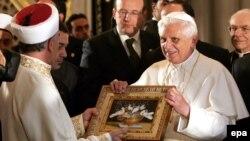 Ничего личного, только бизнес. Во время посещения Голубой мечети в Стамбуле два года назад папа подарил хозяевам голубей маслом и сделал символический поклон в сторону Мекки