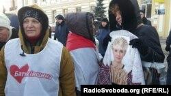 Прихильники Тимошенко під стінами суду в Харкові, 18 грудня 2012 року