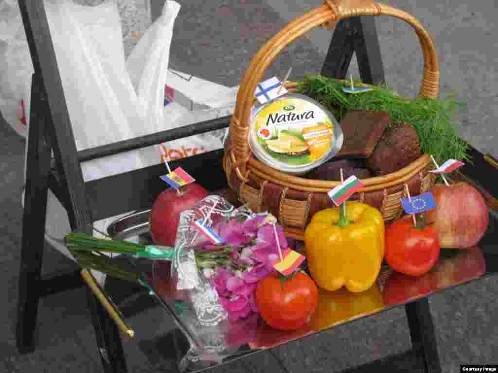 Участники пикета в Петербурге установили на Невском бульваре импровизированный столик, на котором – испанские помидоры, украинские яблоки, финский сыр, цветы из Голландии.