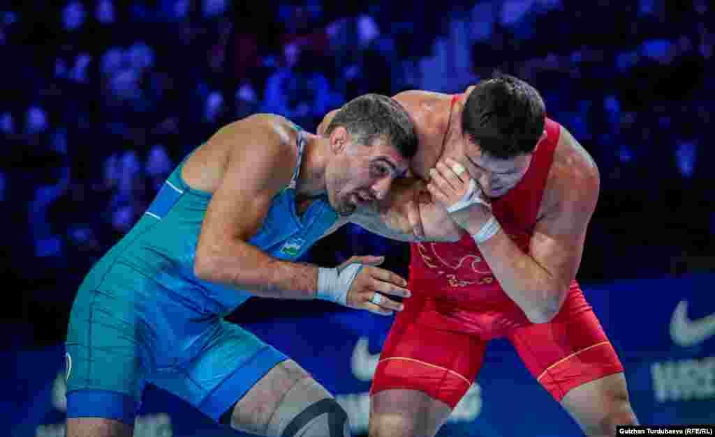 Атабек Азисбеков (в красном трико) во время схватки за бронзовую медаль с узбекистанским спортсменом Рустамом Ассакаловым. Греко-римская борьба. Нур-Султан, 16 сентября 2019 года.