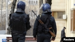 Спецназ полиции патрулирует Исмаиллы после подавления беспорядков там в конце января