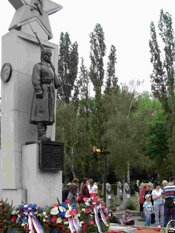 Возложение цветов к памятнику на кладбище советских солдат. Прага, 9 мая 2009 года.