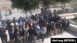 Жители Кабула в очереди к участку для голосования, 21 октября 2018