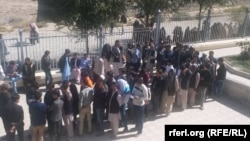 Жители Кабула в очереди к участку для голосования, 21 октября 2018 года.