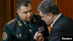 Presidenti Petro Poroshenko (djathtas) dhe ministri i mbrojtjes Stepan Poltorak
