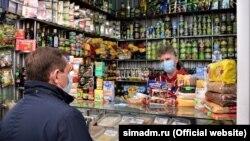 Глава подконтрольного России крымского правительства Юрий Гоцанюк мониторит цены в магазинах Симферополя, 1 апреля 2020 года