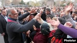 Раффи Ованнисяна приветствуют сторонники на площади Свободы в Ереване, 15 марта 2013 г.