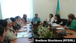 Встреча депутатов парламента с жителями Астаны, у которых изымают землю под «госнужды». 18 апреля 2014 года.