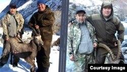 Кадамдай районундагы прокурордун орун басары Алтынбек Акимбаев (оңдо) менен шеригинин сүрөттөрү интернетке тарады.