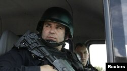 Косовски специјалец во Митровица.
