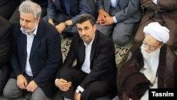 محمد امامی کاشانی، امام جمعه تهران (سمت راست). و محمود احمدینژاد