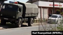 Военный автомобиль на месте проведения спецоперации по задержанию подозреваемых в терроризме. Алматинская область, Карасайский район, 17 августа 2012 года.