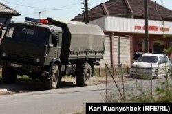 Военная машина на месте происшествия, где были убиты подозреваемые в терроризме. Поселок Баганашыл Карасайского района Алматинской области, 17 августа 2012 года.