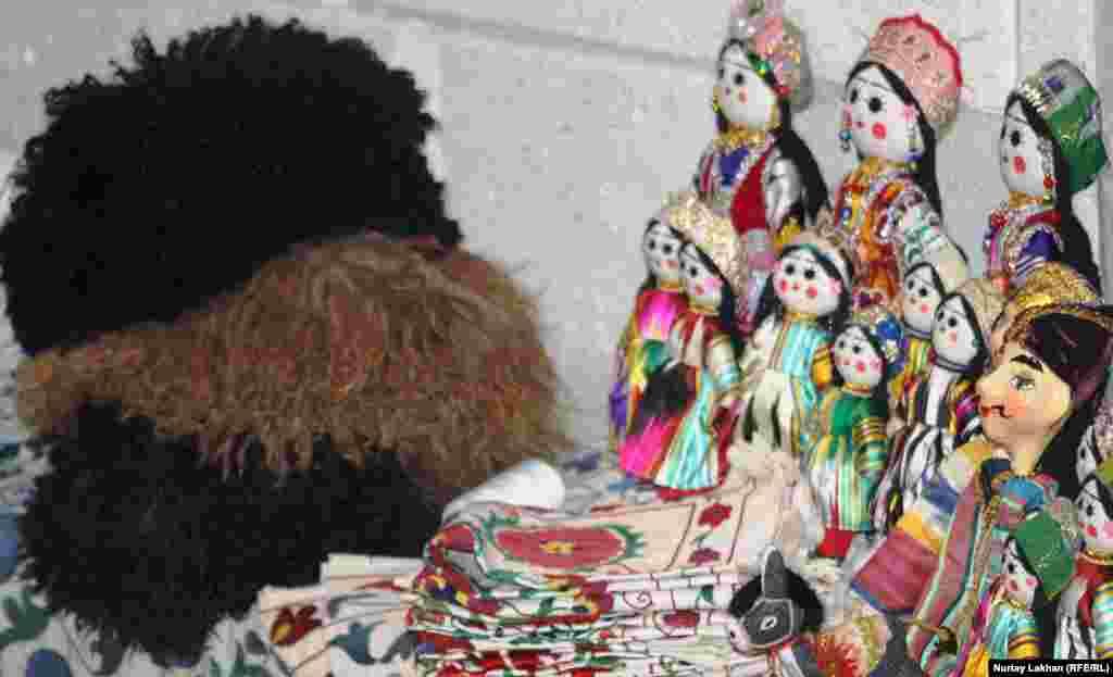 Түркіменстан қолөнер шеберлері жасаған бұйымдар. Алматы, 21 қыркүйек 2013 жыл.