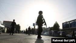 Солдат афганских сил безопасности на месте очередного нападения террориста в Кабуле, 15 августа 2018