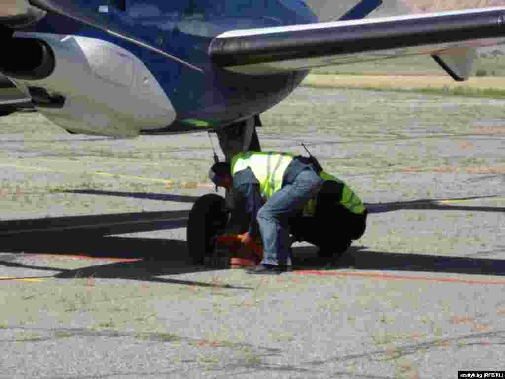 Учурда аэропортто 8 киши эмгектенип жатат. Аба майдан Нарын шаарынан 10чакырым алыстыкта жайгашкан.