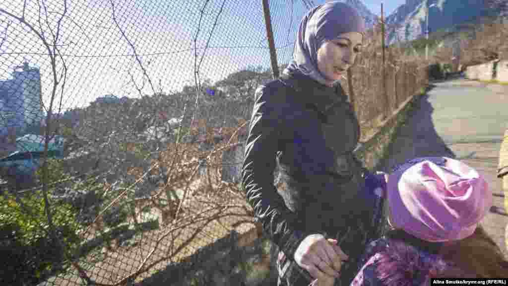 Сафіє з матір'ю неподалік свого будинку в Кореїзі