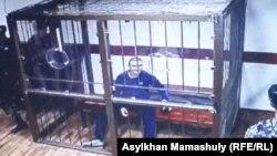 Обвиняемый в смертельных нападениях в Алматы 18 июля Руслан Кулекбаев в суде по его делу. Алматы, 25 октября 2016 года.