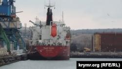 Судно під прапором Маршаллових островів стоїть у порту Керчі