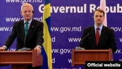 Міністри закордонних справ Швеції Карл Більдт (ліворуч) і Польщі Радослав Сікорський під час перебування в Кишиневі, 22 жовтня 2013 року
