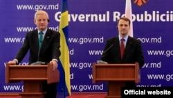 Молдова - Совместная пресс-конференция главы МИД Швеции Карла Бильдта (слева) и главы МИД Польши Радослава Сикорского, Кишинёв, 22 октября 2013 г․