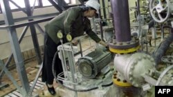یک تکنیسین زن روس هنگام کار در نیروگاه هستهای بوشهر.
