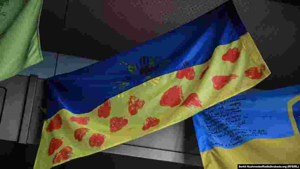 Прапор з відбитками дитячих долоньок –дитячий талісман, який подарували бійцям батальйону особливого призначення «Київ-1», вихованці столичного дитячого садка № 474 «Україночка».