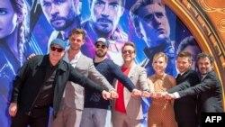 Зліва-направо: президент студії Marvel та продюсер фільму «Месники: Завершення» Кевін Файгі, актори Кріс Гемсворт, Кріс Еванс, Роберт Дауні-молодший, Скарлетт Йоханссон, Марк Руффало та Джеремі Реннер