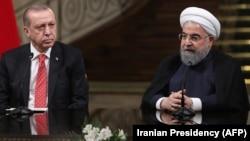 Түркия президенті Режеп Ердоған мен Иран президенті Хассан Роухани баспасөз мәслихатында. Тегеран, 4 қазан 2017 жыл.