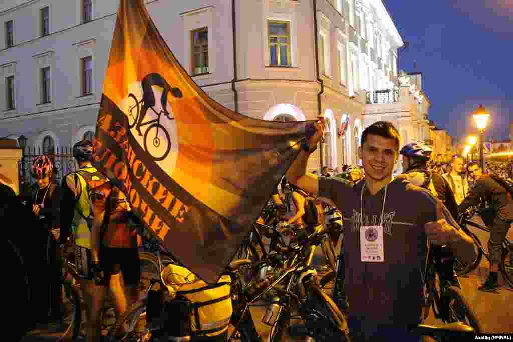 Ике меңнән артык велосипедчы башкаланың тарихи урыннарын күрү белән бергә радио аша Казанның танылган шәхесләре белән дә танышты.
