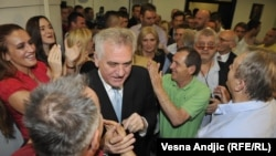 Tomislav Nikolić slavi izbornu pobedu u sedištu stranke