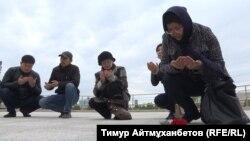 Саяси қуғын-сүргін және ашаршылық құрбандарын еске алуға жиналғандар құран бағыштап отыр. Астана, 31 мамыр 2018 жыл.