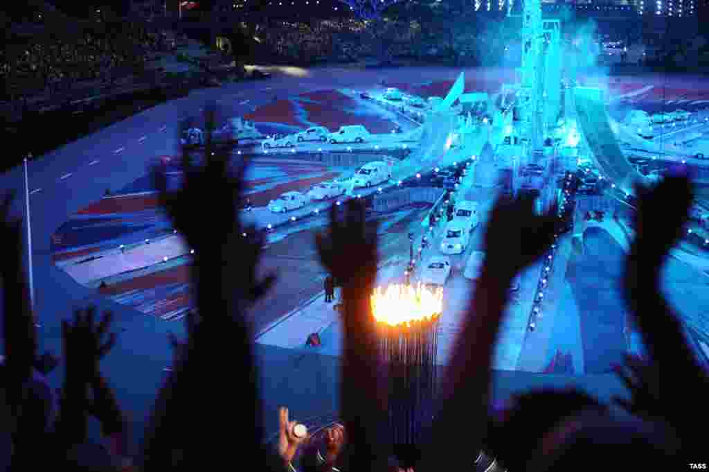 London passes the torch at the closing ceremony of the 2012 London Olympic Games. (ITAR-TASS/Stanislav Krasilnikov)