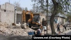 Uzbekistan - Demolishing of Farhad Trade Fair (bazaar), 10Apr2011