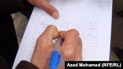 مواطن يوقع العريضة المطالبة بتنحي مسعود بارزاني