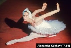"""Балерина Майя Плисецкая в балете Петра Чайковского """"Лебединое озеро"""", 1976 год"""